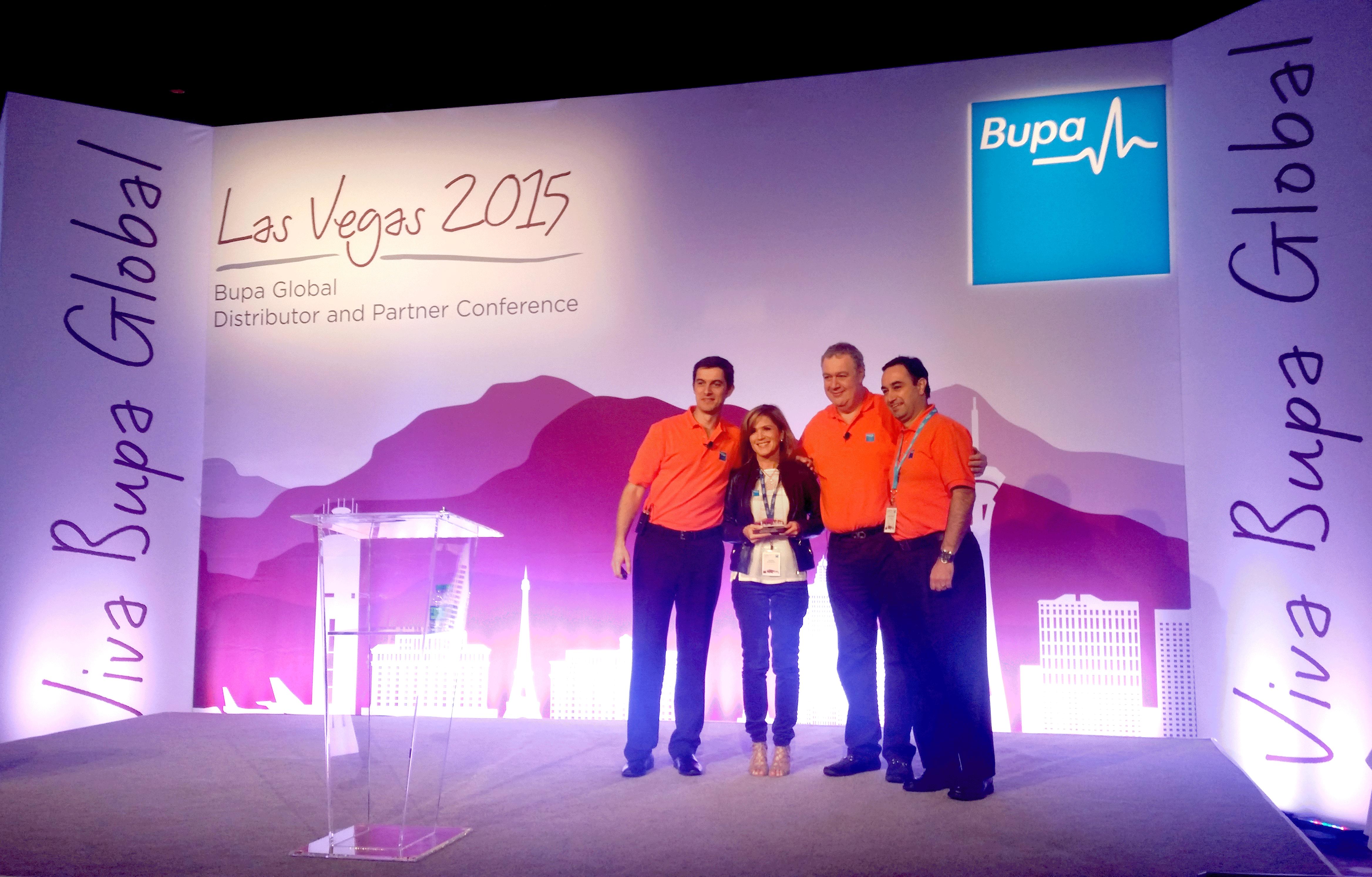 En la premiación de Paulina Beltranena por las mejores ventas de 2014 para Bupa Guatemala